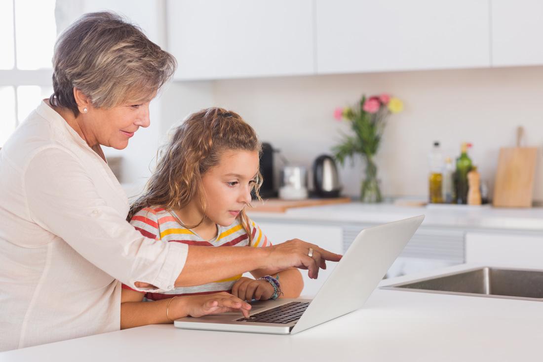 foto Audioson àvia i neta amb ordinador